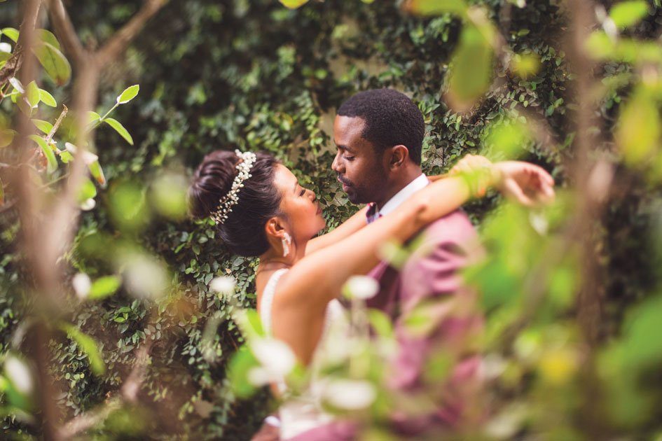 Lush gardens and classic colors create a  modern wedding in Palm Springs